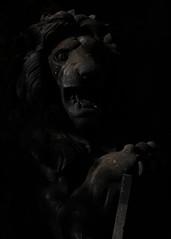 The King (Jäger und Sammler) Tags: kamera 2019 xt30 2019oktober tiere orte tierpark bw statue friedrichsfelde chiaroscuro