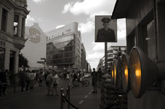 Charlie (Atreides59) Tags: allemagne germany deutschland berlin mur mauer murdeberlin berliner berlinermauer urban urbain ciel sky nuages clouds histoire history checkpoint charlie checkpointcharlie lumière lumieres light lights jaune street pentax k30 k 30 pentaxart atreides atreides59 cedriclafrance