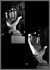 9 - Paris - Nuit Blanche et entours - Parade, Shana Moulton - Feed the soul (melina1965) Tags: octobre october 2019 îledefrance paris panasonic lumix dmctz57 nuitblanche mosaïque mosaïques mosaic mosaics collages collage noiretblanc blackandwhite bw 4earrondissement lumière light nuit night sculpture sculptures mains main hand hands