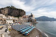 Atrani - la spiaggia (Guido Barberis) Tags: costiera amalfitana amalfi strani spiaggia sole mare paesaggio landscape campania ombrelloni sdraio sabbia