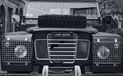 Land-Rover Defender (JLM62380) Tags: landrover defender old car 4x4 voiture lyon monochrome blackandwhite