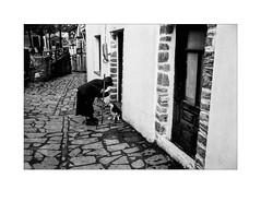 Leica MP, Ilford HP5+ @800 (Perilouc) Tags: blackwhite blackandwhite monochrome mono monotone bw bnwaddicted bnwcaptures bnwphotography bnwsociety fotoblackwhite leica leicacamera leicam leicaphoto leicaphotography street streetphoto streetlife streetview streetshot streetstyle streetactivity urban candid streetphotobw streetphotography 35mmstreetphotographystoryofthestreet streetsstorytelling everybodystreet analogue analogphotography analog film filmphotography shootfilm enjoyfilm believeinfilm istillshootfilm heyfsc balkancollective burnmyeye ourstreets inpublicsp inpubliccollective hartcollective intercollective