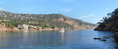Aigua Blava (Meino NL) Tags: aiguablava baai bay platjacalaaiguablava sea mediterranean boat ship costabrava catalunya catalonië españa spain spanje strand beach