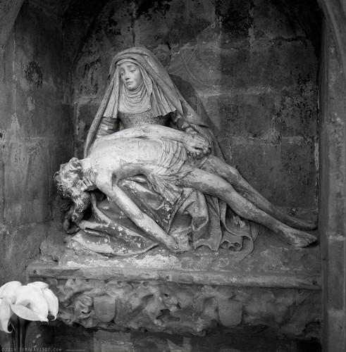 La Vierge de Pitié. La basilique Saint-Nazaire. Carcassonne, Aude, France. Rolleiflex 3,5 Ilford FP4+ (ref:07)