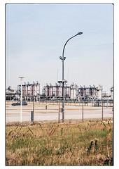 (schlomo jawotnik) Tags: 2019 juli knock emden gasversorgung industrie industrieanlage industrielandschaft gas zaun bogenlampe pkw wiese analog film kodak kodakproimage100 usw