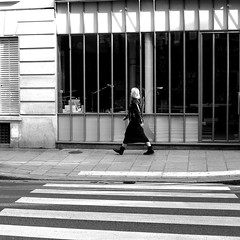 Behind the pedestrian crossing (pascalcolin1) Tags: paris femme woman lines lignes passagepiéton pedestrian pedestriancrossing rayures stripes photoderue streetview urbanarte noiretblanc blackandwhite photopascalcolin 50mm canon canon50mm