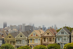 Painted Ladies with a misty skyline of SF (Alex Borst) Tags: amerika america usa san francisco californië california skyline painted ladies mist