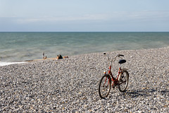 The lonely bicycle (Guillaume DELEBARRE) Tags: vélo bicyclette canon 5dmarkiv tamron2470f28 g2 cayeuxsurmer france beach sea plage mer bike minimalism mnimalist
