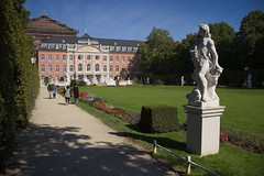 Trier - Kurfürstliches Palais (Grotevriendelijkereus) Tags: germany trier deutschland rheinlandpfalz building architecture barok baroque city town center historic palace palais palast residenz park garten garden sculpture