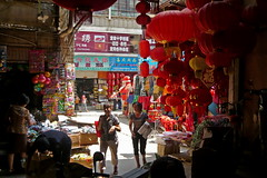 At the Old Luosiwan Market (Wolfgang Bazer) Tags: old luosiwan market markt 螺蛳湾 螺蛳湾国际商贸城 international trade city kunming yunnan china 昆明 云南 市场 red paper lanterns rote lampions
