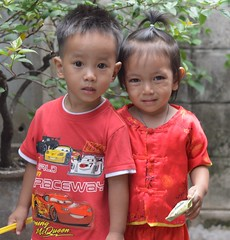 little ones in red (the foreign photographer - ฝรั่งถ่) Tags: two boy girl red children kids khlong lard phrao portraits bangkhen bangkok nikon d3200
