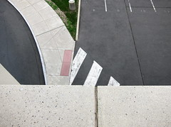 Geschnitten oder am Stück? / Sliced or Whole? (bartholmy) Tags: hartford ct conventioncenter asphalt tarmac streetmarkings roadmarkings strasenmarkierung parkplatz parkinglot 8 9 10 11 zebrastreifen pedestriancrossing crosswalk gehweg sidewalk pavement street road strase antislipmat lampensockel lampbase gras grass beton concrete minimal minimalism minimalismus minimalistisch abstrakt abstract
