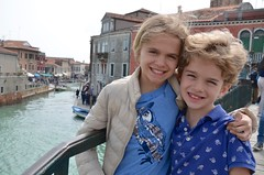 The Kids On Ponte Longo (Joe Shlabotnik) Tags: italia bridge 2019 italy violet murano everett canal april2019 venice venezia afsdxvrzoomnikkor18105mmf3556ged