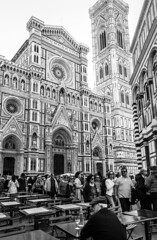 Italy - Firenze - Duomo (Marcial Bernabeu) Tags: marcial bernabeu bernabéu europe europa italia italy tuscany toscana florencia florence firenze catedral cathedral cattedrale duomo santa maria fiore oldman people crowd crowded gente multitud architecture arquitectura monochrome monocromo blanco negro black white bw