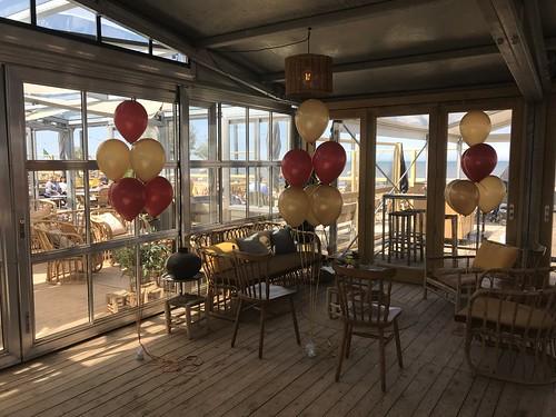 Tafeldecoratie 6ballonnen Beachclub Raak Wassenaar