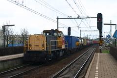 Utrecht Lunetten 9 april 2004 (Rv/dHoven) Tags: utrecht lunetten spoor spoorwegen station trein treinen train track treinstel transport eisenbahn electrisch electric eloc nederland niederlande netherlands ns