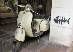 Vintage ... Comme dans la Dolce Vita (Sokleine) Tags: scooter vespa deuxroues vintage graf street