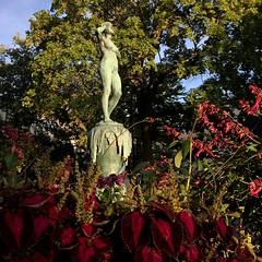 The Snowbell Statue (halleluja2014) Tags: park autumn woman monument statue garden snowbell staty fadingsummer snöklockan fadingwarmth kronobergsminne september nybrogatan åsgatan falun palettblad