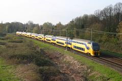Utrecht Lunetten kruispunt, 9 april 2004 (Rv/dHoven) Tags: utrecht lunetten spoor spoorwegen station trein treinen train track treinstel transport eisenbahn electrisch electric eloc nederland niederlande netherlands ns