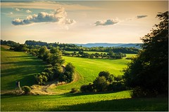 Grüne Heimat (linke64) Tags: thüringen deutschland germany gras gebüsch gegenlicht grün landschaft natur wolken wolkenhimmel wiese himmel hügel rahmen bäume baum büsche berge busch heimat felsen hochsitz