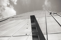 Sécante (Atreides59) Tags: berlin allemagne deutschland germany ciel sky urban urbain nuages clouds architecture pentax k30 k 30 pentaxart atreides atreides59 cedriclafrance black white bw blackandwhite noir blanc nb noiretblanc