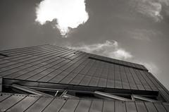 Linien (Atreides59) Tags: allemagne berlin deutschland germany ciel sky nuages clouds urban urbain architecture pentax k30 k 30 pentaxart atreides atreides59 cedriclafrance black white bw blackandwhite noir blanc nb noiretblanc