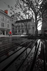 Basilique instinct ! (Tonton Gilles) Tags: alençon normandie noir et blanc partiel rouge personnage silhouette scène de rue reflets emmarchements banc public eau mouillé arbustes église basilique notredame dalençon cheminée paysage urbain