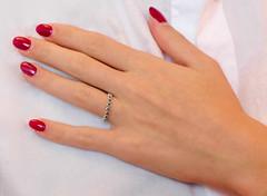 La mano Giorgia (o.solemio) Tags: photo n°502 minoosolemio mano anello camicia bianca unghie smalto rosso colore allaperto leicavlux