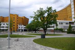 Par ci, par là (Atreides59) Tags: berlin deutschland germany allemagne urban urbain nature ciel sky nuages clouds arbres trees arbre tree jaune yellow vert green architecture pentax k30 k 30 pentaxart atreides atreides59 cedriclafrance