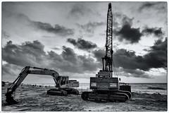 Arbeitsende am Strand (J.Weyerhäuser) Tags: bagger baumaschinen donnerstagsmonochrome kran sw strand sylt westerland flickr