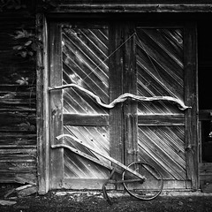 barn door with artifacts (jd weiss) Tags: mamiya6 50mm