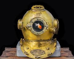 Diving Helmet / Aquarium (Slimdandy) Tags: divinghelmet aquarium goldfish incongruous conceptual weekly weeklykeeper