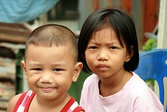 looking determined (the foreign photographer - ฝรั่งถ่) Tags: boy girl sister brother looking determined khlong thanon portraits bangkhen bangkok thailand canon