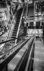 en passant par Singapour (Jack_from_Paris) Tags: l1012621bw leica m type 240 10770 leicasuperelmarm13421mmasph 21mm 11145 dng mode lightroom capture nx2 rangefinder télémétrique blackandwhite monochrome bw noiretblanc noir et blanc monochrom wide angle street singapour asie city urban métro tube escalors escaliers mécaniques perspective