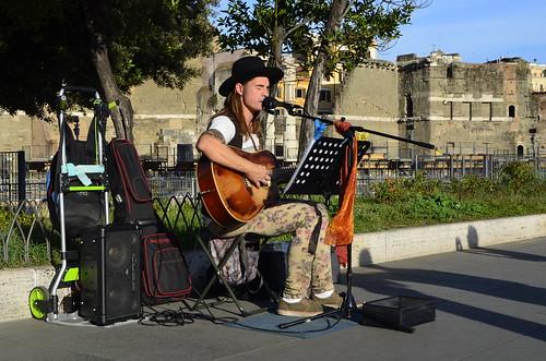#musicadistrada @emilianodamiano 🎸 #rock #blues #popolare #arte #buskers #artedistrada #streetart 🎥#elettritv💻📲 #musicaoriginale #webtvmusicale 🎶 #sottosuolo 🔊 #canalemusicale #webtv #underground #music :r