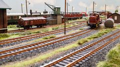 Im Bahnhof (*schmiedi*) Tags: modellbahn modelleisenbahn modelrailroad modelrailway model modell dieselengine diesellok personenzug passengertrain rundumsteinen erlgraben
