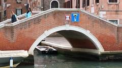 Clet / Venice - 2 oct 2019 (Ferdinand 'Ferre' Feys) Tags: venezia venice italy streetart artdelarue graffitiart graffiti graff urbanart urbanarte arteurbano ferdinandfeys clet