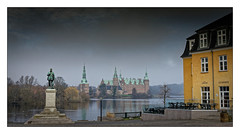 Frederiksborg Castle (Jean-Louis DUMAS) Tags: lake lac eau arbre nature landscape paysage castle château reflets reflection nuage cloud travel traveler trip voyage voyageur danemark panoramique panoramic panorama silhouette soleil sun sunlight sony traveller voyages