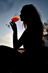 Orange juice (alestaleiro) Tags: orange naranja arancia silohuette silueta perfil woman miss beauty linda girl praia beach playa strand contrast alestaleiro estaleirobeach praiadoestaleiro