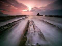 Un amanecer ardiente (www.studio360fotografia.es) Tags: laowa 75mm alglewide angular beach playa mar sea rocks rocas amanecer sol sun longexposure largaexposicion olympus em1ii dawn