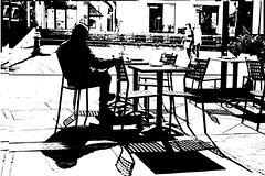 DSC_3625_5557 Reading the newspaper at the bar - La lettura del giornale al bar - (angelo appoloni) Tags: piazza assolata caffè tavoli e sedie persona che legge il giornale ragazze passeggiano luci ed ombre composizione bianco nero sunny square cafe tables chairs person reading newspaper girls walking lights shadows black white composition