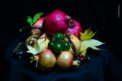 Natura morta con melograni-13 (Fabrizio Pisoni) Tags: 2019 lucecontinua melograni melograno naturamorta ottobre sfondonero