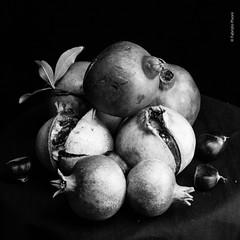 Natura morta con melograni-7 (Fabrizio Pisoni) Tags: 2019 lucecontinua melograni melograno naturamorta ottobre sfondonero