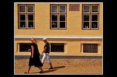 Viborg (Massimo Frasson) Tags: kodak kodakelitechromeextracolor danimarca denmark danemark danmark jutland jylland jütland regionmidtjylland jutlandcentrale viborg città strada street palazzo finestre architettura gente people ocra coloreocra