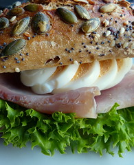 Ein Brötchen ist mehr als die Summe seiner Krümel. (remember moments) Tags: dietmarvollmer bun brötchen egg ei cookedham kochschinken food salad