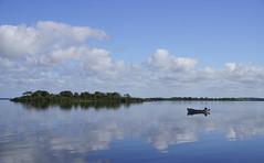 La pêche aux nuages (M. Carpentier) Tags: irlande blue bleu water eau river rivière shannon ireland nuage cloud boat bateau fishing pêche