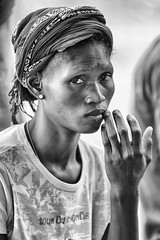 malinconie (mat56.) Tags: ritratto ritratti portrait portraits donna woman mano hand sguardo look viso face expression espressione malinconia melancholy isola island sipo senegal africa bianco nero black white antonio romei mat56