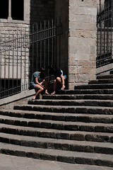 Waiting on the Steps (Bury Gardener) Tags: barcelona spain catalonia europe 2019 streetphotography street streetcandids snaps strangers candid candids people peoplewatching folks fujixt3 fuji fujifilm