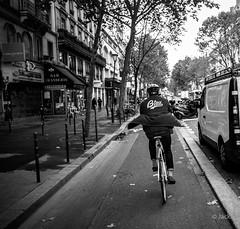Bleu (Jack_from_Paris) Tags: r0003753bw ricoh gr apsc capture nx2 lr monochrom noiretblanc 28mm blackandwhite monochrome street paris rue vélo bicyclettee piste cyclable speed vitesse dos back