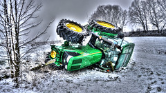 Traktor Unfall im Schnee... (The real Andy K.) Tags: traktor unfall zugmachine trekker sony sonya6300 sonysel28f20 winter schnee